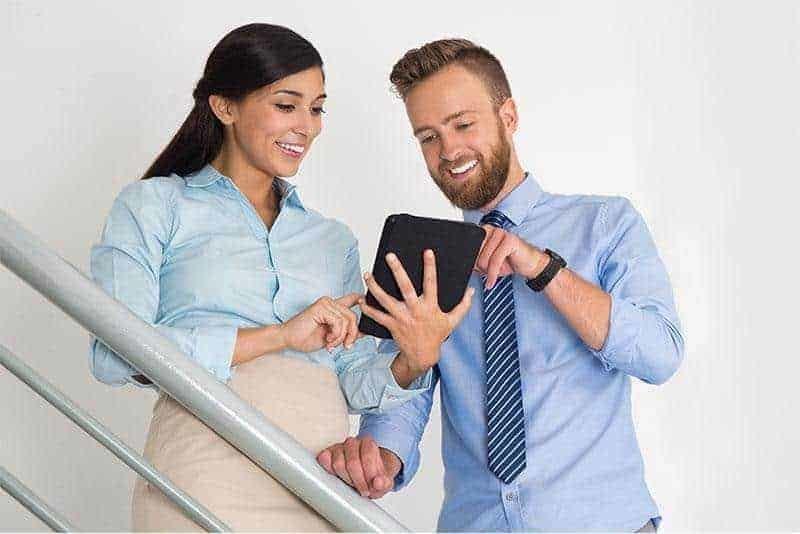 Schnittstellen IMSWARE Mann-und-Frau schauen sich Software an